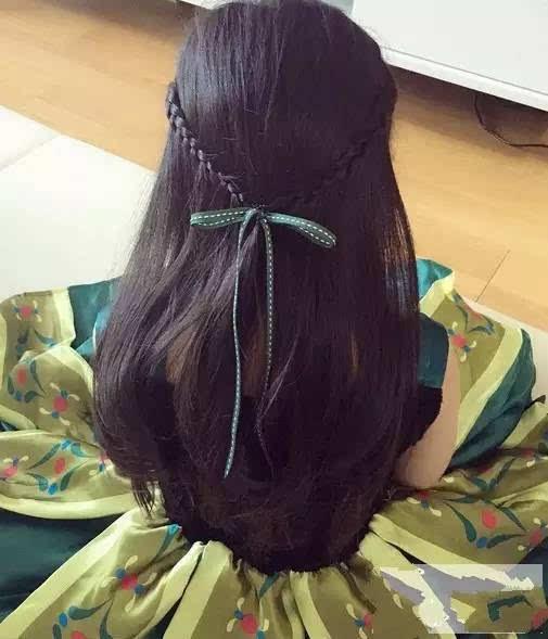 早上起来扎发,这几款帮你迅速搞定~   13岁的女孩,早上起来扎头发的图片