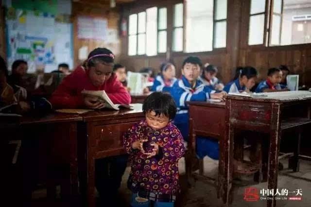 影像弟弟 12岁妹妹当小纪实带女孩妈妈上学中分女生背影图片