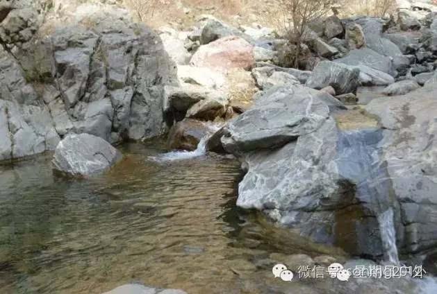 山的一条沟,在萨拉齐的纳太村后,山谷悠长险峻,5,6道瀑布横亘于