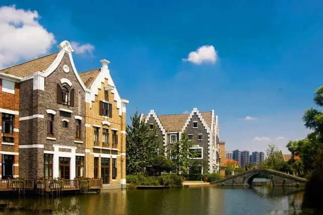 又一个欧式风情满满的地方,房子建在水中,周围都是开发的商业楼盘,就