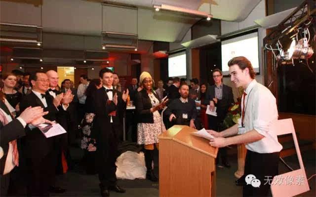 今年英国皇室荣誉戴安娜奖,颁给了这个18岁退学小Gay