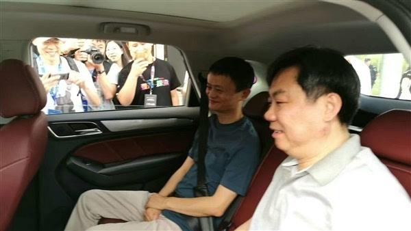 不超19万 马云亲试首款互联网汽车荣威RX5的照片 - 2
