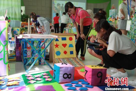7月7日,200多件手工制作的创意玩教具在兰州市城关区铁路西村幼儿园