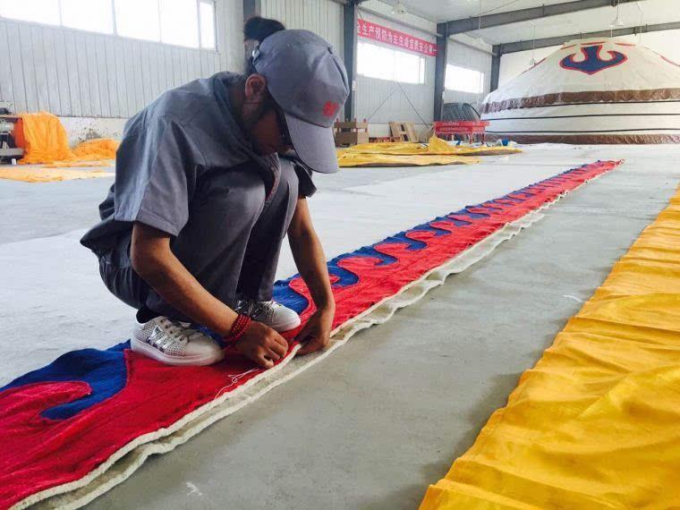 参观蒙古包制作过程