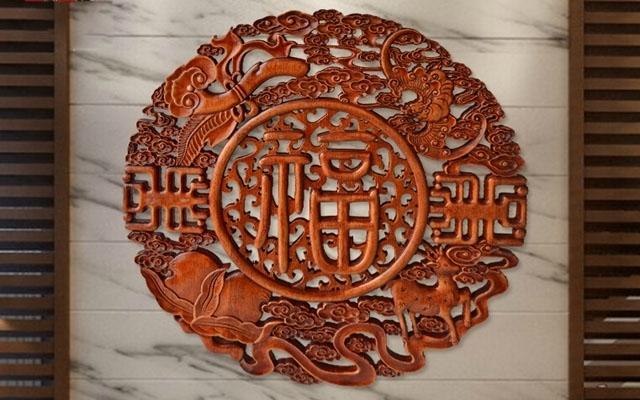 木雕木材采用百年香樟木制作,木质细腻,纹理清晰,花纹细致,手感光滑