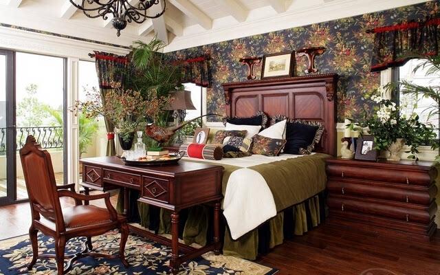 这是一款美式田园风格的床头背景墙,在这个实木床的样式上面就完全是很高的产品制作,而这款背景墙的颜色整体是很深色的设计,但是在这个背景墙上面是完全的能够满足消费者的需求、卧室的面板上面是白色的,而深色的背景墙很是恰当的融入在这里面,从这里就能够了看出来这背景墙的设计很好。这种样式的背景墙给人的感觉是很舒适的,就像是身在花丛中一般,给人一种还原大自然的感觉。   欧式床头背景墙装修效果图