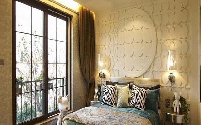 每个设计师的想象是不相同的,在对床头背景墙的设计上面也是不相同的,在这个卧室里面是采用的浅绿色的墙纸,而在背景墙的设计上面却是采用的白色设计。在色调里面,白色是最好使用的产品,在对这样的产品搭配上面是很适合的,而这款产品的整个效果都是很好的,完全的加大了这房间的花色搭配。在北京墙面上还是采用的凹凸圆形设计,这种背景墙的艺术感很是强烈,喜爱的消费者很多。   欧式床头背景墙装修效果图