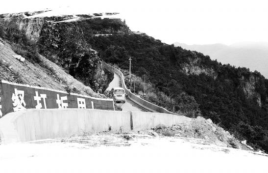 撒大公路山高坡陡弯急路窄 禄劝投资5000万建起生命防护墙