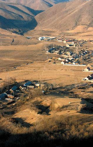 中国首个陨石坑确定:好似一只大海碗有64户人家的照片 - 3