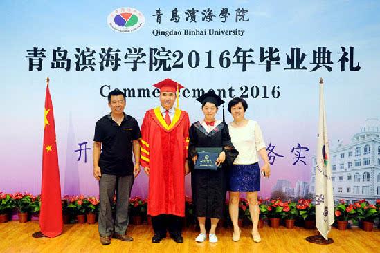 青岛滨海学院校长15年为学子颁70000余张证书