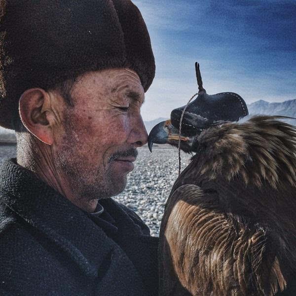 第9届iPhone摄影大赛《老人与鹰》获特等奖的照片 - 1