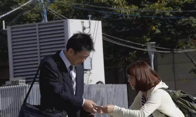 一个日本妹子分别在素颜和化妆后找男生借钱