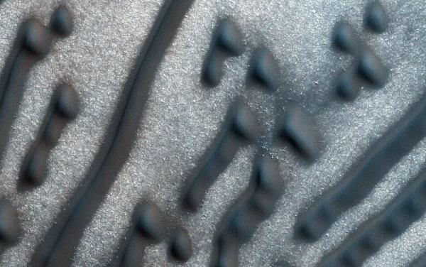 火星上特别的暗色沙丘看起来就像摩斯密码的照片 - 1