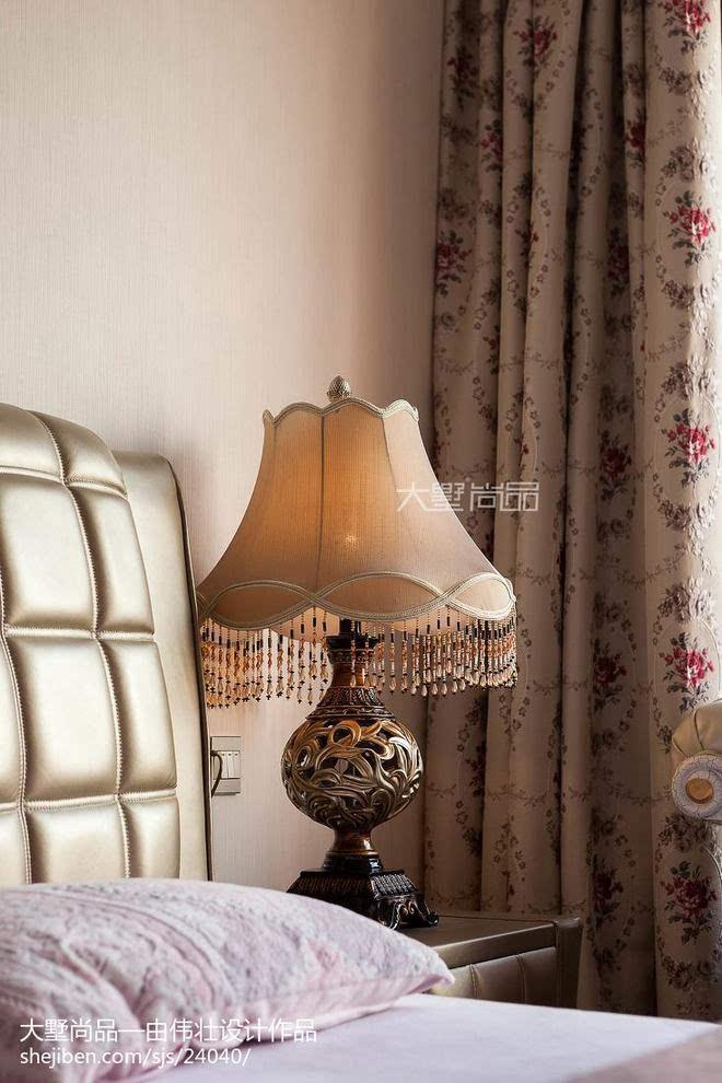 采用大气欧式床品搭配素色壁纸,使整个房间充满着淡淡得暖意与温馨.
