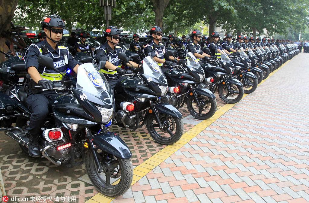 当日上午,郑州市公安局院内,50组黑色警用摩托车和9辆特警ptu警车警灯