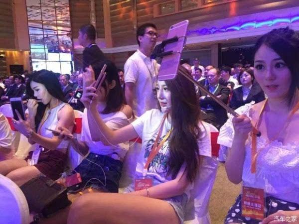 直播网红占领了新品发布会 女主播们抢镜的照片
