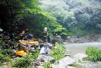 瀑布顶拍照不慎滑倒溺亡 目击者:像坐溜溜板一样,顺着