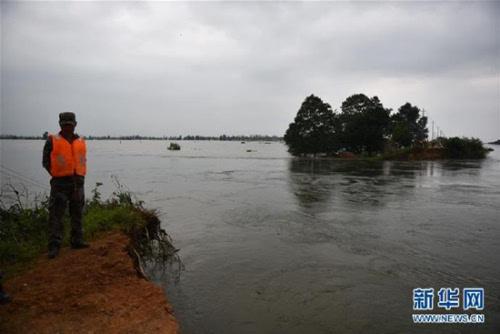 湖北黄梅县考田河堤出现溃口 数千人紧急转移(图)