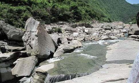 瀑布拍照滑倒溺亡 亲戚施救被拉倒一同跌落十多米的积水潭