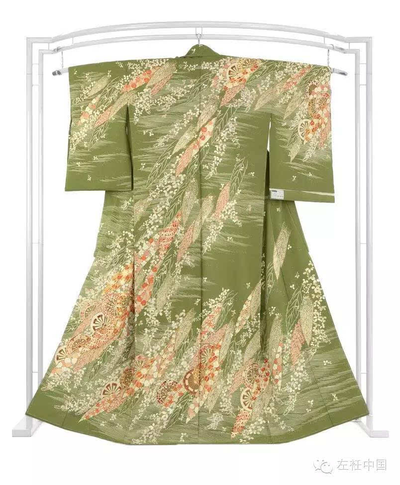 """它的特征是有真正的""""绘羽""""图案——花纹图样横跨整个衣踞甚至整件衣服"""