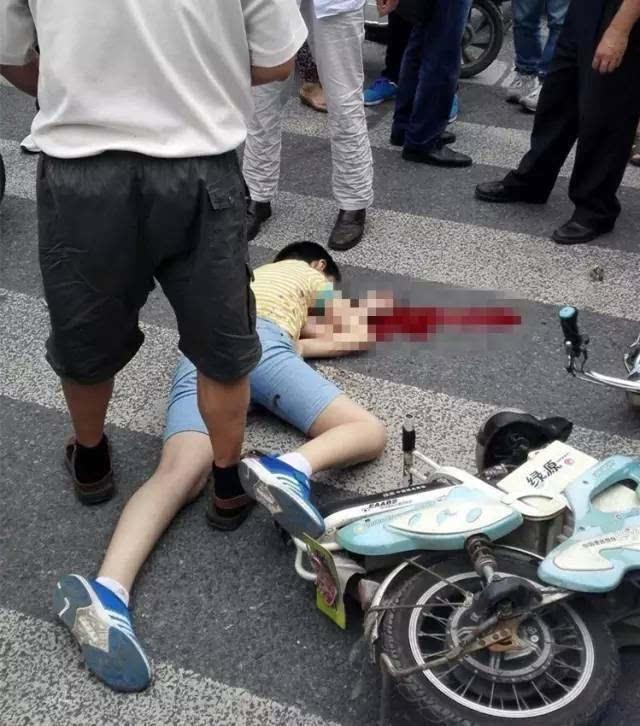 女人被插爱液狂流_11岁小孩被碾死,看完,让人眼泪狂流,对不起,孩子!