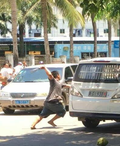 在海口夏日的炎热街头 行人来去匆匆 忽然一名女子的呼救让很多人