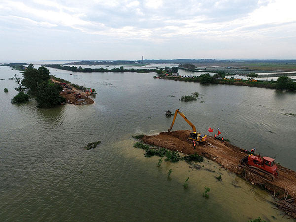湖北黄梅县考田河堤溃口开始封堵