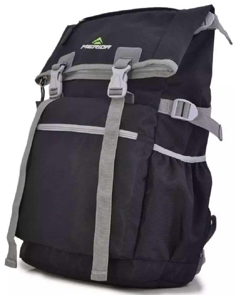 背包亮点 可变形多用途 背包顶部拉链袋折叠起来,就是一款适合学生上学的书包,或者上班族休闲双肩包;顶部拉链袋伸展开, 则是一款适合户外的旅行 包、登山双肩包。 超结实耐用 精选优质真丝细纹面料,坚韧、无毒环保、健康亲肤、堪称一款可拉汽车也不会撕裂的包包。 28升超大容量 突破了普通拉链主袋局限性,储物空间更大。 防泼水面料 面料采用高密度材质加防水涂层,并经过严格防泼水测试。