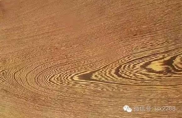 """是木材心材的弦切面上有鸡翅(""""v""""字形)花纹的一类"""