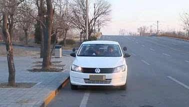 现实生活中在路边停车时需注意