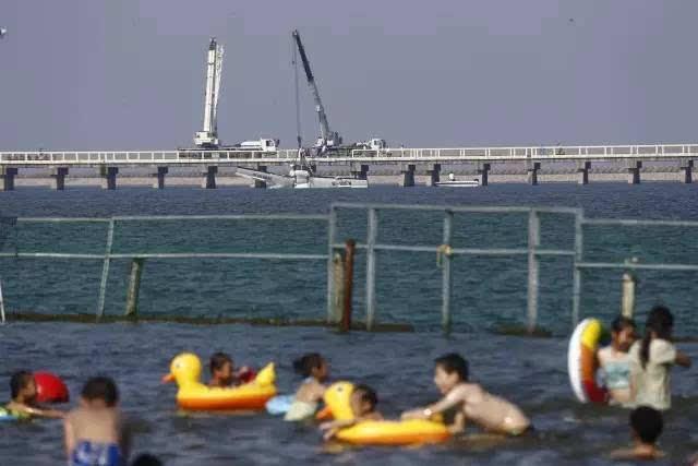 城市沙滩仍有游客在戏水   下午两点,杭州湾大道和沪杭公路交叉路口,以及通往事故大桥的沪杭公路7385号门口已经被封闭。   飞前感受   飞机的维修人员在起飞前曾向《青年报》记者表示,该款飞机的安全性能很高,在美国是飞行次数很多比较普遍的一款。一旦出现问题,这款水上飞机能够迫降在海面上,飞机上因此也配备了船桨。从设计上来说,该维修工人认为这款飞机比在陆上的飞机更安全。而机上的某位乘客起飞前也向《青年报》,实际乘坐感受机舱比较狭小,乘客座位离驾驶员比较近,对于飞机的安全性,该乘客起飞前也曾隐隐表示过