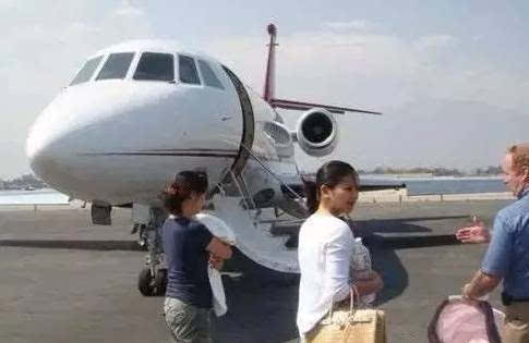 私人飞机的男明星还包括冯小刚