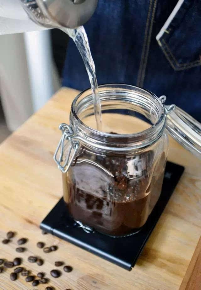 冰水冲咖啡_直接将冷水(至少低于室温的水)直接注入含有咖啡粉末的冷泡瓶中.