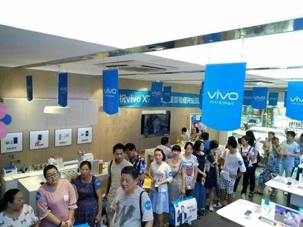 宋仲基代言vivo X7 Plus今日开卖:实体店队伍排到门外的照片 - 2