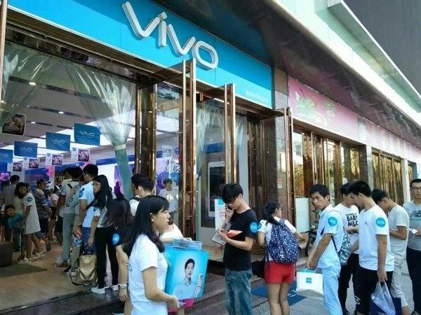宋仲基代言vivo X7 Plus今日开卖:实体店队伍排到门外的照片 - 3