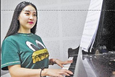 13时 在琴房练琴是林婉婷生活中的一部分.图片