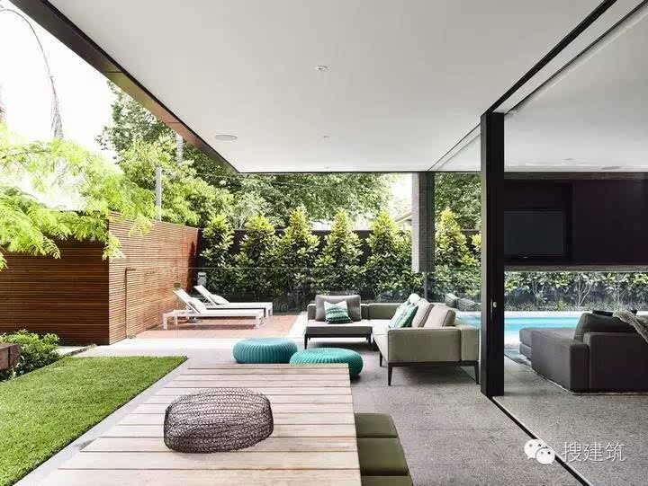 一座有院子,还带游泳池的别墅