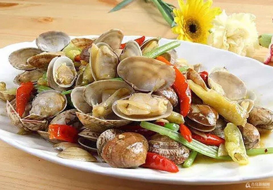 红岛蛤蜊,市民和游客的最爱,那在享受美味的同时,您知道红岛渔民是如何把它们端上您的餐桌的吗?新鲜的红岛大蛤蜊上岸后,它们都去了哪里? 蛤蜊在码头过秤后,接下来会装载到蛤蜊批发商的车上,如果您认为这样就是咱餐桌上吃到的蛤蜊,那就错啦!蛤蜊还需要严格的分拣、吐泥等程序,才能到达市场。