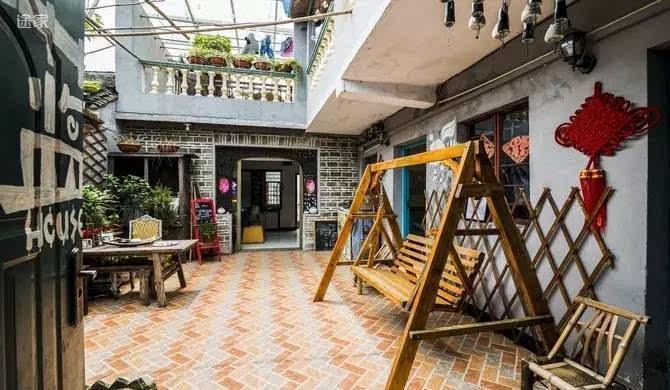 客栈是由古镇民宿改建而成,两层复式民宅,轻结合民宿特制床洞房新颖
