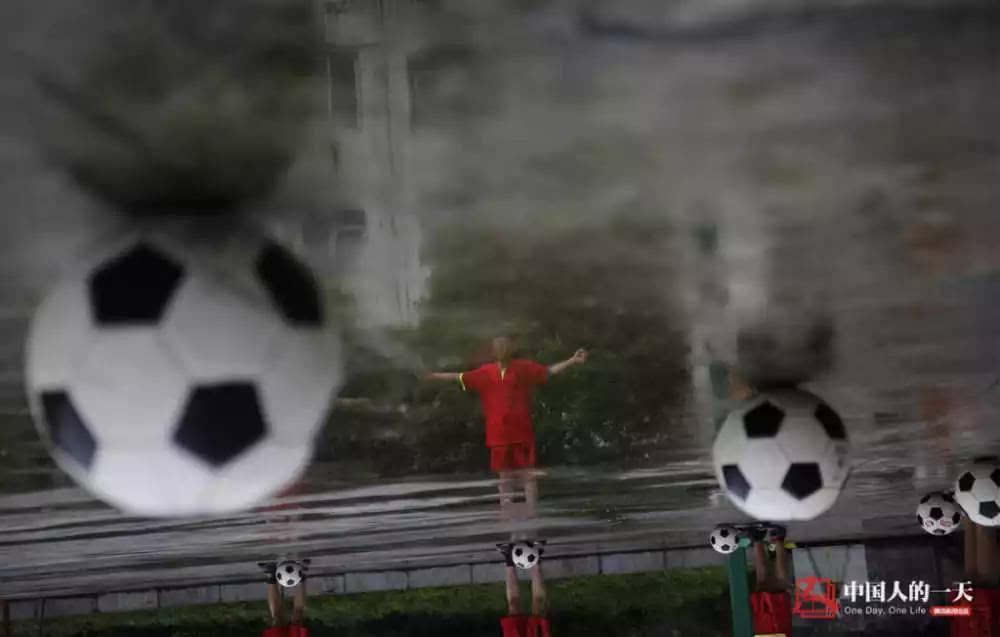 大山孩子水泥地里踢足球 | 中国人的一天