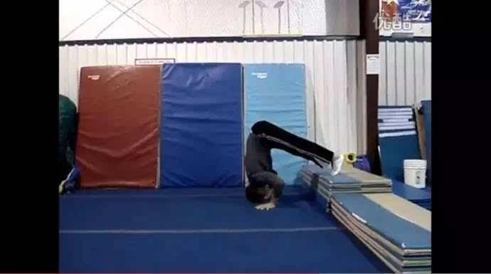 坚持练习靠墙倒立俯卧撑,做的时候一定要标准,不求数量多.