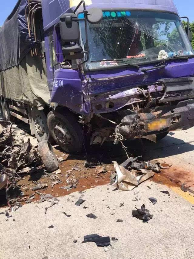 昨天下午,仙桃沔城方向再次发生车祸,车头严重变形!现场惨烈!