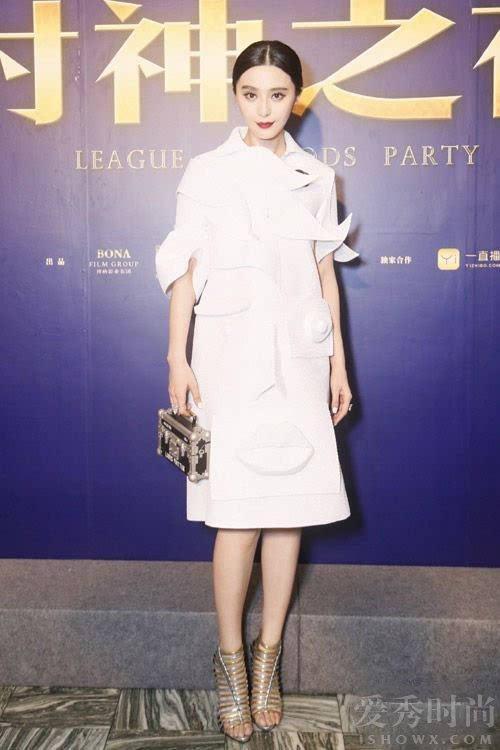 纯白抽象画般的3D人脸印花裙标新立异,搭配路易威登 Petite Malle手