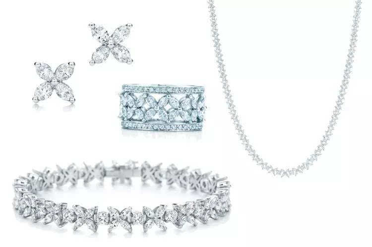 精致的榄尖形钻石如花朵般耀目绽放于tiffany victoria系列之上.