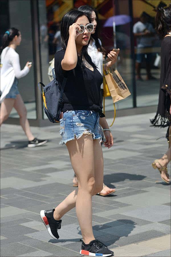 街拍 短裤美女的街拍,美腿很抢镜图片