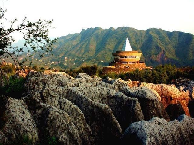 中国十大最具特色的国家地质公园石林地质公园位于云南省石林彝族自治县境内,1982年被国务院列为