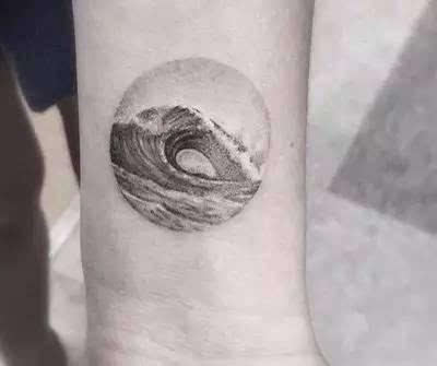 纹身/ 舔着不会融化的冰淇淋在皮肤上冲浪图片