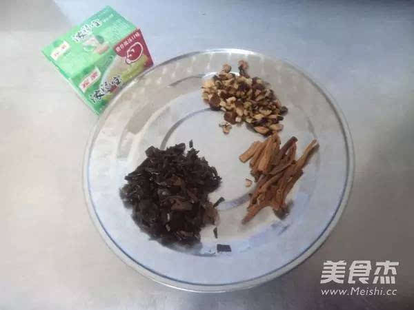 豆腐 卤汁/一共有4种调汁,分别放在4个碗里,吃之前,卤汁浇在嫩豆腐上,...