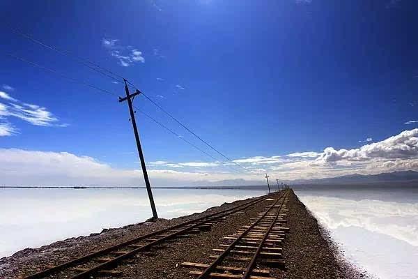 茶卡盐湖位于青海省,是柴达木盆地知名的天然结晶盐湖.