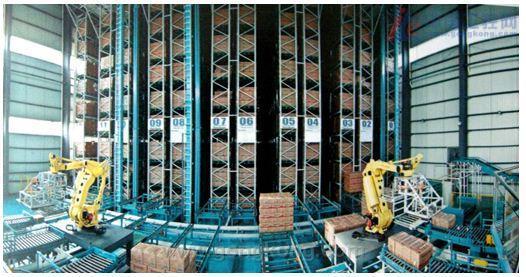 新松自动化立体仓库的分类: 一、单元拣选式立体自动仓库 新松公司单元拣选式立体自动仓库是高密度托盘缓冲装置,可以在保持紧凑的占地面积的同时将垂直存储空间最大化。有多个模型可用于处理小到几十公斤至大到几十吨的托盘负载,以及最高45m的货架高度。单元拣选式立体自动仓库还可以用于存储长条型或大型货物和危险材料.